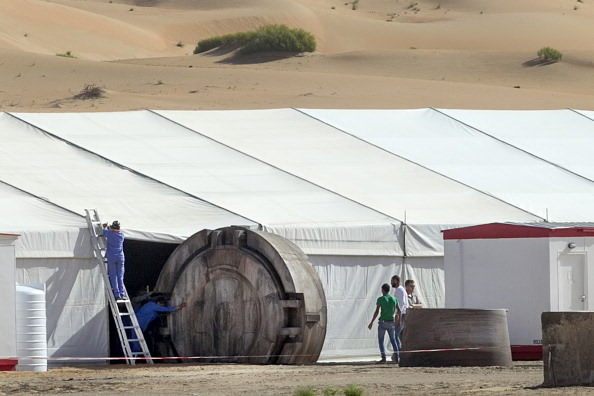 Star-Wars-Episode-VII-AT-AT-Foot-Spotted-In-Abu-Dhabi-Desert-2