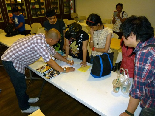 KOMIKET UNIVERSITY Day 3 - Students consult with Paolo after the class